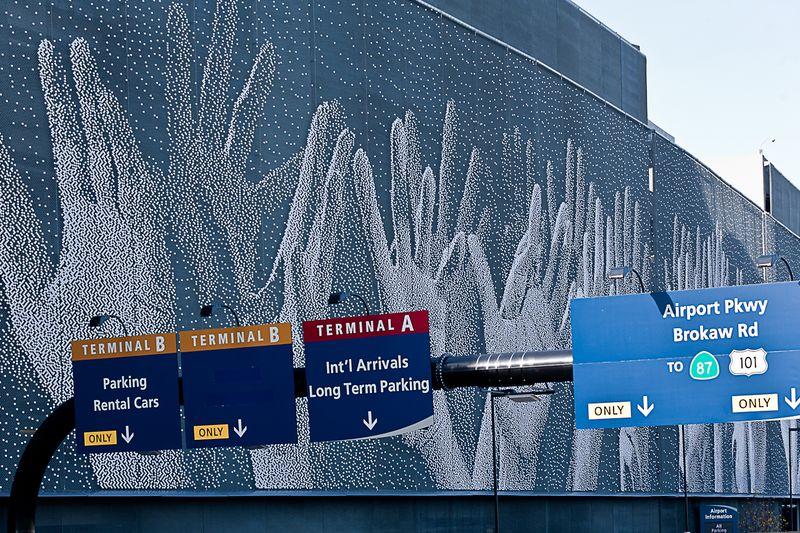Minetta Airport hands-1-4